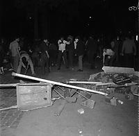 Nuit du 11 au 12 juin 1968. Vue d'ensemble constitution d'une barricade : au 1er plan amas de pavés et panneaux de signalisation ; en arrière-plan étudiants en train de décrocher des pavés. Vue de nuit. Cliché pris durant les évènements de Mai 68 à Toulouse.