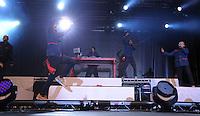 1050 Jahre Eilenburg. Stadtfest. Konzert auf der PSR-Buehne. Die Berliner Band Culcha Candela startet senkrecht! Das Eilenburger Publikum geht mit. im Bild: Hupfdolen: Mr. Reedoo (mitte, li) machts vor.  Foto: Alexander Bley