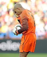 USA goalkeeper Tim Howard wipes his forehead