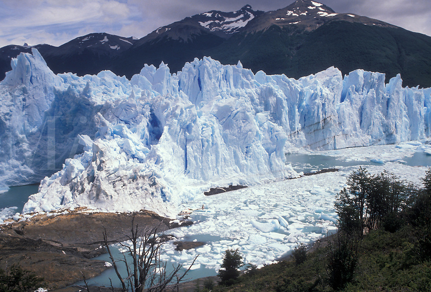 AJ2040, glacier, Patagonia, Argentina, Andes, Moreno Glacier rises 60 meters above lake level in Parque Nacional de los Glaciares (National Park) in Patagonia. Andes Mountains in the background.