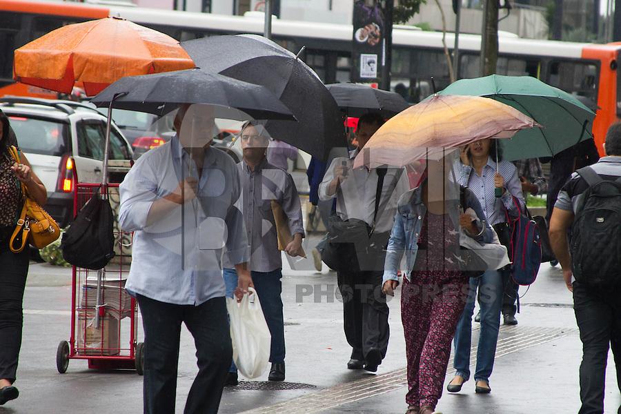 SÃO PAULO,SP,09.03.2015 - CLIMA TEMPO SÃO PAULO -<br /> Pedestres se protegem do frio e chuva com temperatura em média de 23° na Avenida Paulista.Região centro sul da cidade de São Paulo no fim da manhã dessa segunda-feira,09.(Foto:Kevin David/Brazil Photo Press)