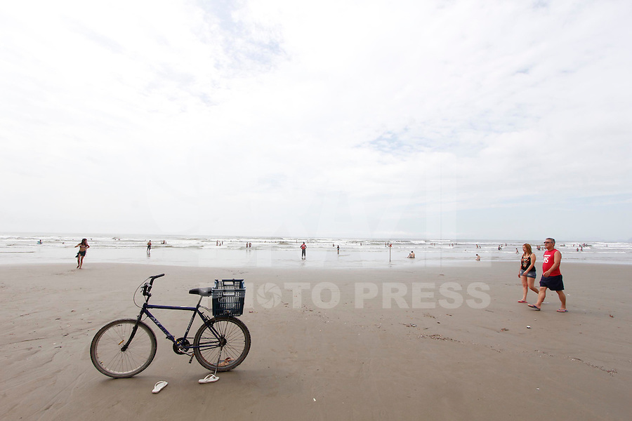 BERTIOGA, SP, 01.01.2012 - CLIMA-SP - Movimentçao na praia de Bertioga litoral norte do Estado de São Paulo pela manha neste primeiro domingo do ano, 01. (Foto: Warley Leite/Brazil Photo Press)
