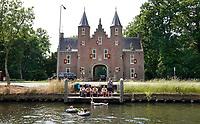 Nederland Breukelen - 2020.  Entree Kasteel Nijenrode.  Kasteel Nijenrode aan de Vecht. Rond 1275 liet Gerard Splinter van Ruwiel hier een eerste kasteel bouwen. In 1946 vestigde de Stichting Nijenrode, Instituut voor Bedrijfskunde zich in het kasteel, dat in 1950 door de stichting werd aangekocht. In 1982 veranderde de naam in Universiteit Nijenrode, totdat eind jaren 1990 de ij vervangen werd door de y. Sinds 2005 staat de universiteit bekend als Nyenrode Business Universiteit. Foto Berlinda van Dam / Hollandse Hoogte