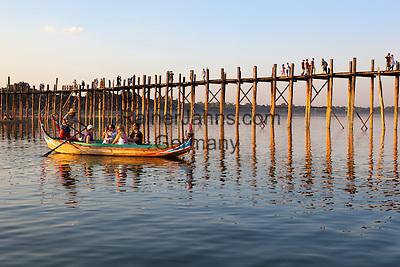 Myanmar, (Burma), Mandalay-Division, Amarapura, bei Mandalay: U Bein's Bridge with tourist boats on Taungthaman Lake   Myanmar (Birma), Mandalay-Division, Amarapura, bei Mandalay: U Bein's Bridge mit Touristenboot auf dem Taungthaman Lake