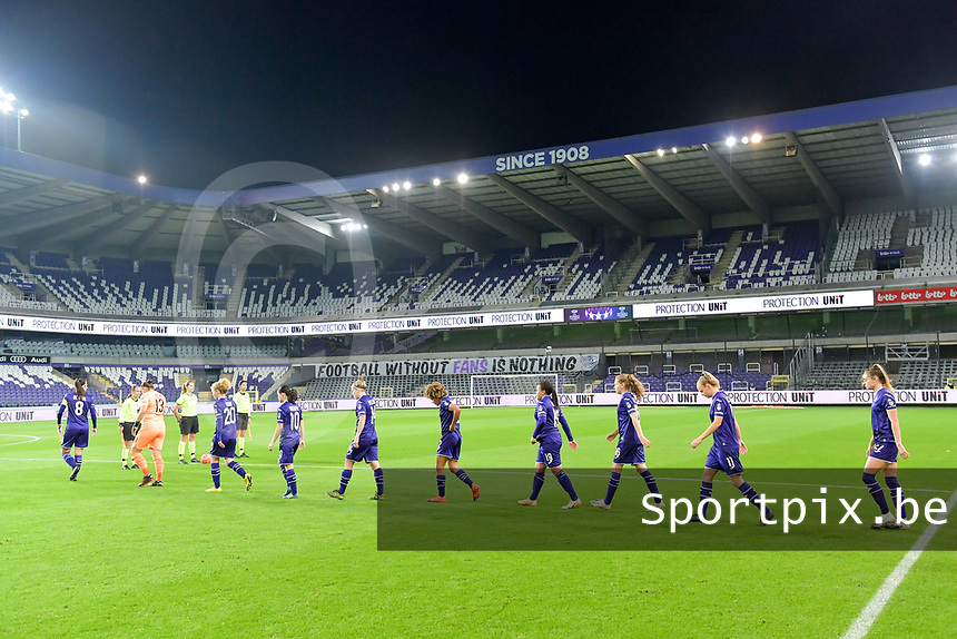 team RSC Anderlecht entering the pitch before a female soccer game between RSC Anderlecht Dames and Northern Irish Linfield Ladies  in the first qualifying round for the Uefa Womens Champions League of the 2020 - 2021 season , Wednesday 4 th of November 2020  in ANDERLECHT , Belgium . PHOTO SPORTPIX.BE | SPP | STIJN AUDOOREN