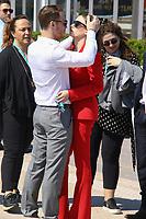 Serenay Sarikaya et son compagnon Kerem Bursin dans un moment de tendresse avant un de leur photocall pendant le MIPTV a Cannes, le lundi 3 avril 2017.