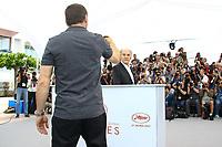 Mathieu KASSOVITZ prend en photo avec son smartphone Jean-Louis TRINTIGNANT en photocall pour le film HAPPY END lors du soixante-dixième (70ème) Festival du Film à Cannes, Palais des Festivals et des Congres, Cannes, Sud de la France, lundi 22 mai 2017. Philippe FARJON / VISUAL Press Agency