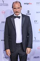 NEW YORK, NY 21.11.2016 - EMMY-2016 -  Nick Sandow durante tapete vermelho do Emmy Internacional 2016 prêmio dos melhores atores e novelas da TV, em Nova York, nos Estados Unidos na noite desta segunda-feira, 21. (Foto: Vanessa Carvalho/Brazil Photo Press)