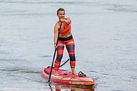 Angela Reitmeyer auf ihrem SUP-Board an der Mündung des Ginsheimer Altrheins - Ginsheim-Gustavsurg 20.06.2021: Stand-up Paddling