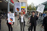 """Am Samstag den 11. Oktober 2014 protestierten europaweit Menschen gegen das geplante Freihandelsabkommen zwischen den USA und der EU, TTIP. Sie sammelten, trotz der Ablehnung der Europaeischen Kommission Unterschriften fuer die europaeische Buergerinitiative gegen TTIP. Die europaeische Buergerinitiative will mit der Unterschriftensammlung ein Volksbegehren gegen TTIP initiieren. Das umstrittene Freihandelsabkommen beinhaltet u.a. Sondergerichte fuer Konzerne, die ausserhalb der Gerichtsbarkeit der europaeischen Laender stehen, einne Absenkung der Umwelt-, Verbraucherschutz- und Datenschutzstandards auf US-Niveau und auch die massenhafte Einfuhr von gentechnisch manipulierten Lebensmitteln.<br /> Im Bild: In Berlin-Prenzlauerberg wurde die Unterschriftensammlung mit einem satirischen Theaterstueck der """"Tea-Tip-Party Deutschland"""" begleitet. Motto des Stueckes """"Trinken Sie mit uns, denn wir haben einen Grund zum Feieren! - Sie nicht, aber das ist egal.""""<br /> 11.10.2014, Berlin<br /> Copyright: Christian-Ditsch.de<br /> [Inhaltsveraendernde Manipulation des Fotos nur nach ausdruecklicher Genehmigung des Fotografen. Vereinbarungen ueber Abtretung von Persoenlichkeitsrechten/Model Release der abgebildeten Person/Personen liegen nicht vor. NO MODEL RELEASE! Don't publish without copyright Christian-Ditsch.de, Veroeffentlichung nur mit Fotografennennung, sowie gegen Honorar, MwSt. und Beleg. Konto: I N G - D i B a, IBAN DE58500105175400192269, BIC INGDDEFFXXX, Kontakt: post@christian-ditsch.de<br /> Urhebervermerk wird gemaess Paragraph 13 UHG verlangt.]"""