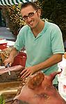 Italien, Piemont, Alessandria: Delikatessen Markt in der Altstadt, Verkaeufer, Schinken | Italy, Piedmont, Alessandria: market at Old Town, sales person, ham,