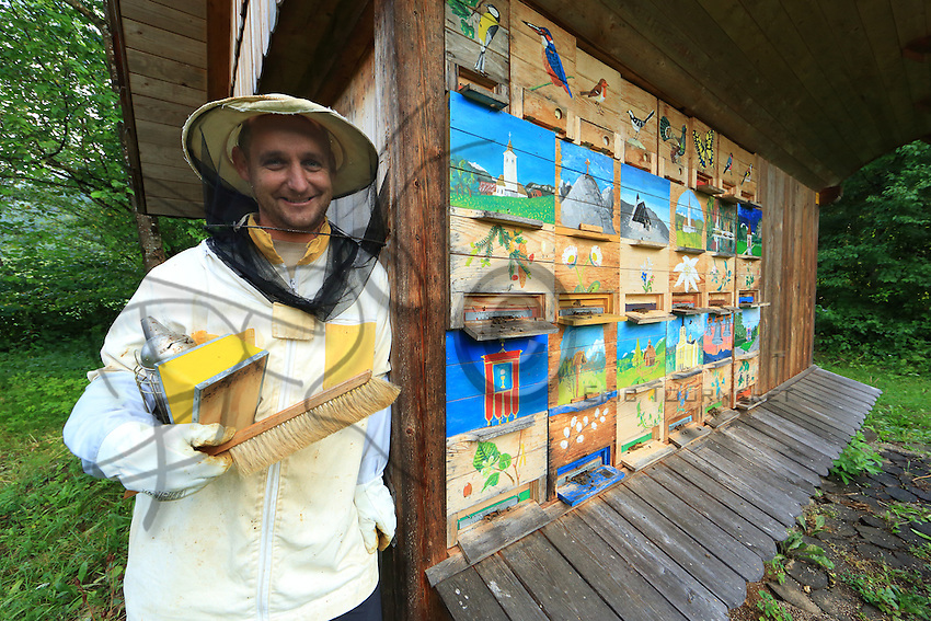 Slovenia - Bohinjska Bistrica –<br /> Andrey Rizic, 35 years old, is a surveyor and also in winter a volunteer first-aid worker in this winter sports valley. He started beekeeping at the age of fifteen and would love to have 1000 hives.///Slovénie - Bohinjska Bistrica –///Andrey Rizic, 35 ans est géomètre et aussi volontaire secouriste l'hiver dans cette vallée de sports d'hiver. Il a commencé l'apiculture à 15 ans et aimerai avoir 1000 ruches.
