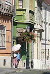 HUN, Ungarn, Budapest, Stadteil Buda, Burgviertel: alte Kaufmannshaeuser in der Parlamentsgasse (Országház utca), Frau mit Regenschirm als Sonnenschutz | HUN, Hungary, Budapest, Castle District: old merchant houses at Parliament lane (Országház utca), woman with umbrella as sun protection