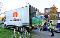 Nederland - Amsterdam - Oktober 2020.   Voedselbank uitgiftepunt Noord Banne Buikslootlaan. De armoede is toegenomen sinds de coronacrisis. Vrijwilligers aan het werk.  Foto mag niet in negatieve / schadelijke context gepubliceerd worden.   Foto : ANP/ HH / Berlinda van Dam