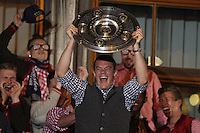 10.05.2014, Marienplatz, Muenchen, GER, 1. FBL, FC Bayern Muenchen Meisterfeier, im Bild Manuel Neuer #1 (FC Bayern Muenchen) auf dem Rathausbalkon, haelt die Meisterschale in der Hand // during official Championsparty of Bayern Munich at the Marienplatz in Muenchen, Germany on 2014/05/11. EXPA Pictures © 2014, PhotoCredit: EXPA/ Eibner-Pressefoto/ Kolbert<br /> <br /> *****ATTENTION - OUT of GER***** <br /> Football Calcio 2013/2014<br /> Bundesliga 2013/2014 Bayern Campione Festeggiamenti <br /> Foto Expa / Insidefoto