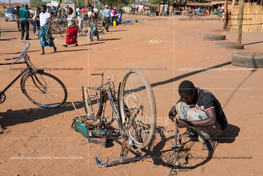 ALAWI, Lilongwe, bicycle repair workshop on the road / MALAWI, Lilongwe, Fahrrad Werkstatt