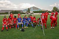 Spieler bereiten sich auf das Mannschaftsfoto vor - Mörfelden-Walldorf 04.08.2020: Mannschaftsvorstellung von Hessenligist Rot-Weiss Walldorf für die Saison 2020/21