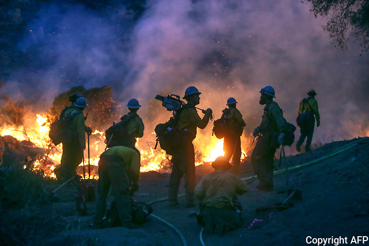 Firemen work to contain the 6,000 acre Border Fire in eastern San Diego County, California, USA, on Tuesday, June 21, 2016.