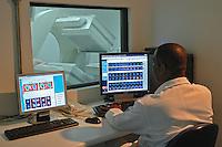 Acelerador Linear de radioterapia do Laboratório Ghelfond. Sao Paulo. 2010. Foto de Marcia Minillo..