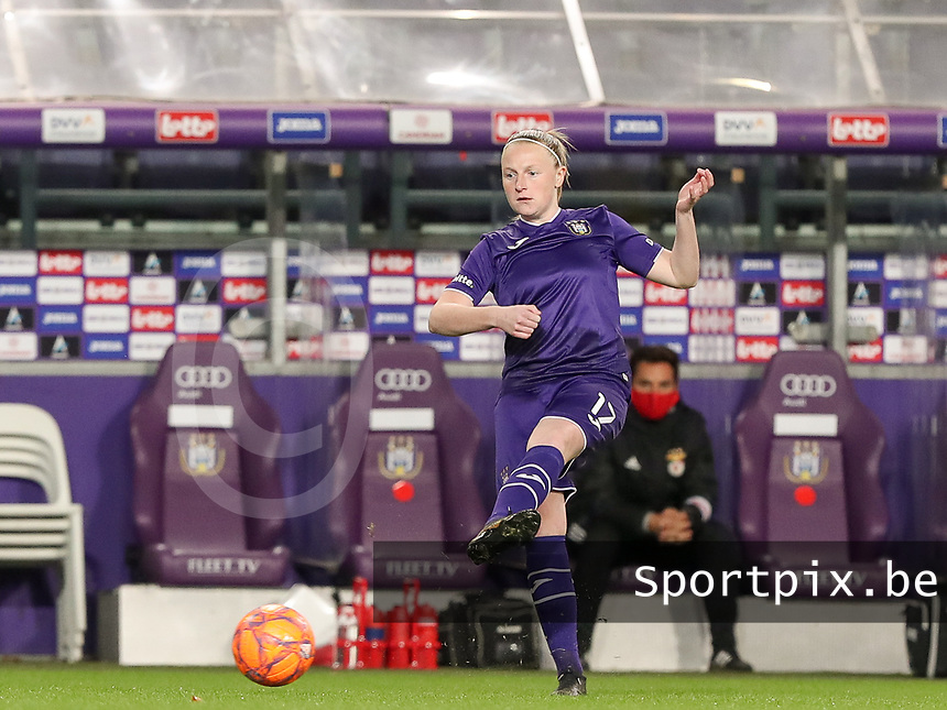 Silke Leynen (17 Anderlecht) gives a pass during a female soccer game between RSC Anderlecht Dames and Portugese Benfica Ladies  in the second qualifying round for the Uefa Womens Champions League of the 2020 - 2021 season , Wednesday 18 th of November 2020  in ANDERLECHT , Belgium . PHOTO SPORTPIX.BE | SPP | SEVIL OKTEM