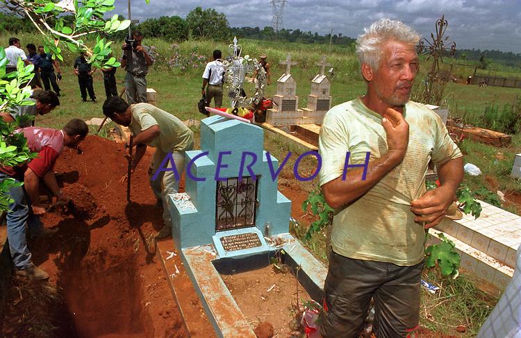 """Corpo do sindicalista Dema retorna ao cemitÈrio apÛs exumaÁ""""o. Par· Brasil<br /> Foto Paulo Santos/Interfoto<br /> 2001<br /> <br /> Passeata em manifestaÁ""""o pelo assassinato do lÌder sindical Ademir  Federicci em Altamira no Par· (Da esq. para direita)AntÙnio JosÈ Federicci, irm""""o- Marina Feu, viuva- Catarina Feu, m‡e viuva - Cleber Fideu , filho.<br /> Foto Paula Sampaio<br /> 31/08/2001<br /> <br /> Ademir Alfeu Federicci foi baleado em sua casa na madrugada de 25/08. Acredita-se que o crime tenha motivação política, já que Dema, como era chamado, era a principal liderança em Altamira (PA) na luta contra latifundiários, madeireiros e barragens. Uma manifestação acontecerá na sexta-feira em protesto contra a violência na região.<br /> <br /> <br /> Na madrugada de 25/08, por volta de 02:30 horas, Ademir Alfeu Federicci, um dos coordenadores do Movimento pelo Desenvolvimento da Transamazônica e do Xingu (MDTX)) foi assassinado. Segundo relato da polícia civil local, sua casa foi invadida por um homem armado, com quem Dema travou luta corporal e de quem recebeu um tiro que o atingiu na cabeça. A versão oficial dá conta de que se tratou de um assalto. Mas, de acordo com Ayrton Faleiro, diretor de Política Agrária da Contag (Confederação Nacional dos Trabalhadores Agrícolas), não foi realizada perícia no local, nem exame de balística e o corpo só chegou à funerária duas horas depois de ter sido retirado da casa."""