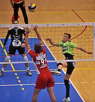 Volley Team Menen - Hotvolleys Wenen : Anshel Ver Eecke (rechts) met de poging over Tomas Holly (links)<br /> foto VDB / Bart Vandenbroucke