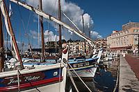 Europe/France/Provence -Alpes-Cote d'Azur/83/Var/Sanary-sur-Mer: Le port et ses pointus et la tour romane