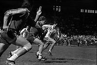 Stadium municipal de Toulouse, 1bis allées Gabriel-Biénès. 13 mai 1973. Finale du championnat de France de rugby à XIII, l'équipe du Toulouse Olympique XIII contre l'équipe de Marseille. Cliché pris durant le match ; au 1er plan action de jeu (vue de profil) ; en arrière-plan gradins avec spectateurs.