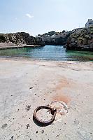 Castro Marina - Salento - Puglia - Porto di Castro Marina. In primo piano un anello utilizzato per l'attracco delle imbarcazioni.