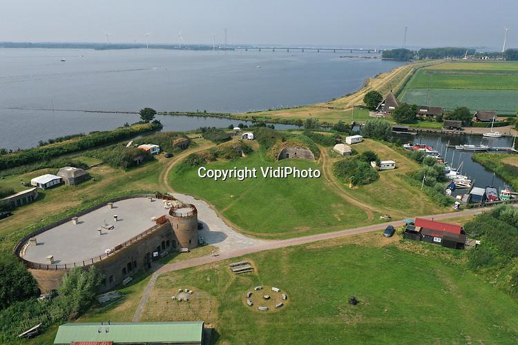 Foto: VidiPhoto<br /> <br /> NUMANSDORP – De Stichting Fort Buitensluis heeft ambitieuze plannen om het verdedigingswerk uit de 18e eeuw ingrijpend te renoveren en er een toeritische attractie van te maken. De kosten daarvoor bedragen zo'n 4 miljoen euro. Fort Buitensluis ligt aan het Hollands Diep in Numansdorp, gemeente Hoeksche Waard.