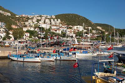 Turkey, Province Antalya, Kas: Fishing boats and Gulets in harbour | Tuerkei, Provinz Antalya, Kas: beliebter Ferienort, Fischerboote und Ausflugschiffe im Hafen
