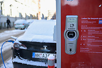 GERMANY, Hamburg, Tesla electric car at public charging station / DEUTSCHLAND, Hamburg, öffentliche Ladestation von Stromnetz Hamburg, E-Auto Tesla