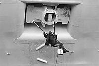 - porto di Genova, manutenzione dello scafo di una nave (novembre 1983)....- Genoa harbour, maintenance of a ship hull (November 1983)