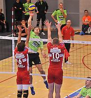 Volley Team Menen - Hotvolleys Wenen : Jeroen Balduyck (midden) met de smash door het blok van Nemec (10) en Kienbauer (6)<br /> foto VDB / Bart Vandenbroucke