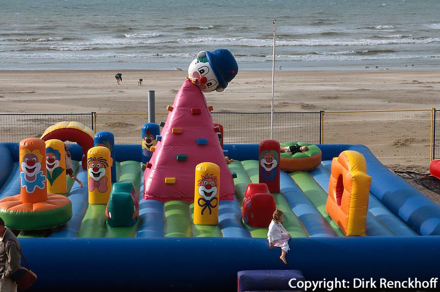 Belgien, Flandern, Kinderspielplatz am Strand von De Panne