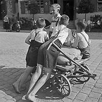 Jungen mit einem Handkarren in einer Straße in Dinkelsbühl, Deutschland 1930er Jahre. Boys with a push cart in a street of Dinkelsbuehl. Germany 1930s.