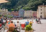 Italy, Trentino, Riva del Garda: popular holiday resort at Lake Garda (Lago di Garda), cafes at Piazza Tre Novembre | Italien, Trentino, Riva del Garda: beliebter Urlaubsort am Nordufer des Gardasees, Cafés auf der Piazza Tre Novembre