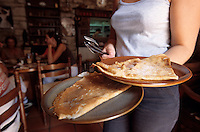 Europe/France/Bretagne/29/Finistère/Quimper: Crêperie dans le vieux Quimper - Service des crêpes