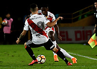 BOGOTÁ - COLOMBIA, 03-05-2018: Jhon Pajoy (Der.) jugador de Independiente Santa Fe disputa el balón con Gonzalo Montiel (Izq.) jugador de River Plate, durante partido entre Independiente Santa Fe (COL) y River Plate (ARG), de la fase de grupos, grupo D, fecha 5 de la Copa Conmebol Libertadores 2018, jugado en el estadio Nemesio Camacho El Campin de la ciudad de Bogota. / Jhon Pajoy (R) player of Independiente Santa Fe vies for the ball with Gonzalo Montiel (L) player of River Plate, during a match between Independiente Santa Fe (COL) and River Plate (ARG), of the group stage, group D, 5th date for the Conmebol Copa Libertadores 2018 at the Nemesio Camacho El Campin Stadium in Bogota city. Photo: VizzorImage  / Luis Ramírez / Staff.