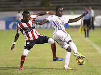 NEIVA -COLOMBIA-25-01-2014.  Francisco Cordoba ( Der)  del Atletico Huila disputa el balon contra Luis Quiñonez del Atletico Junior  durante partido por la fecha 1 de la Liga Postobón I 2014 jugado en el estadio Guillermo Plazas Alcid   de la ciudad de Neiva./  Francisco Cordoba  (R) Atletico Huila fight for the ball against Atletico Junior Luis Quiñonez during match '1 League Postobón 2014 I played in the stadium Guillermo Plazas Alcid city of Neiva. Photo: VizzorImage / Felipe Caicedo / Staff