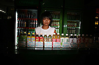 CHINA. Beijing. A vendor selling drinks in the shopping district of Wangfujing, a popular place for spectators, tourists and athletes to visit during the Olympic Games. 2008.
