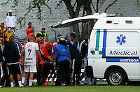 BUGA -COLOMBIA-14-03-2015. Jhon Meneses arquero de América sale en ambulancia durante el encuentro entre América de Cali y Universitario de Popayán por la fecha 5 del Torneo Aguila 2015 jugado en el estadio Hernando Azcarate de la ciudad de Buga./ Jhon Meneses goalkeeper of America leave the field on ambulance during the match between America de Cali and Universitario de Popayan for the 5th date of Aguila Tournament 2015  played at Hernando Azcarate stadium in Buga city. Photo: VizzorImage/Juan C. Quintero/STR