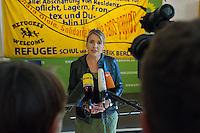 Ca. 50 Fluechtlinge und Unterstuetzer haben am Mittwoch den 17. September 2014 die Parteizentrale von Buendnis 90/Die Gruenen in Berlin besetzt. Sie forderten, dass die Vertreter von Gruenen Landesregierungen am Freitag den 19. September 2014 in der Sitzung des Bundesrates gegen die weitere Verschaerfung des Asylrechts stimmen. Die Verschaerfung wuerde nach Aussagen von Besetzern auf einer kurzfristig einberufenen Pressekonferenz, die faktische Abschaffung des Asylrechts bedeuten.<br /> Die Mitarbeiter und die Parteifuehrung solidarisierten sich mit dem Anliegen der Besetzer, wollten aber keine Zusage ueber das Abstimmungsverhalten im Bundesrat machen. Die Polizei wurde von den Hausherren nicht an das Gebaeude gelassen und auch eine Raeumung durch die Polzei wurde abgelehnt. Die Polizei hielt sich daraufhin zurueck.<br /> Die Parteichefin Simone Peters (im Bild) lud die Besetzer nach deren Pressekonferenz zu einem Gespraech und diskutierte mit ihnen.<br /> 17.9.2014, Berlin<br /> Copyright: Christian-Ditsch.de<br /> [Inhaltsveraendernde Manipulation des Fotos nur nach ausdruecklicher Genehmigung des Fotografen. Vereinbarungen ueber Abtretung von Persoenlichkeitsrechten/Model Release der abgebildeten Person/Personen liegen nicht vor. NO MODEL RELEASE! Don't publish without copyright Christian-Ditsch.de, Veroeffentlichung nur mit Fotografennennung, sowie gegen Honorar, MwSt. und Beleg. Konto: I N G - D i B a, IBAN DE58500105175400192269, BIC INGDDEFFXXX, Kontakt: post@christian-ditsch.de<br /> Urhebervermerk wird gemaess Paragraph 13 UHG verlangt.]