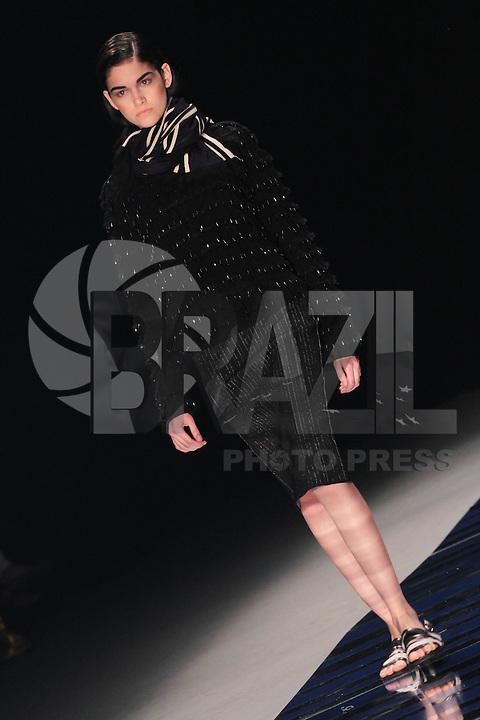 RIO DE JANEIRO, RJ, 07.11.2013 -  FASHION RIO - PIER MAUÁ - COVEN - Modelo durante desfile da grife Coven no Fashion Rio moda Outono / Inverno 2014 no Pier Maua no Rio de Janeiro, nesta sexta-feira, 08. (Foto: Néstor J. Beremblum / Brazil Photo Press).