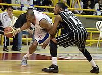 BOGOTÁ -COLOMBIA. 27-09-2013. Norvey Aragon (I) de  Guerreros de Bogotá disputa el balón con Dion Harris (D) de Piratas de Bogotá durante partido válido por la fecha 19 de la  Liga DirecTV de Baloncesto 2013-II de Colombia realizado en el coliseo El Salitre de Bogotá./ Norvey Aragon (L) of Guerreros de Bogotá fights for the ball with Dion Harris (R) of Piratas de Bogota during match valid for the 19th date of DirecTV Basketball League 2013-II in Colombia at El Salitre coliseum in Bogota. Photo: VizzorImage / Gabriel Aponte/ Str