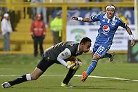BOGOTÁ -COLOMBIA, 27-04-2014. Diego Alejandro Novoa (Izq) arquero de La Equidad evita una acción de gol de Dayro Moreno (Der) jugador de Millonarios  durante partido de ida por los cuartos de final de la Liga Postobón I 2014 jugado en el estadio Metropolitano de Techo de la ciudad de Bogotá./ La Equidad goalkeeper (L) avoid an action of goal of Millonarios player Dayro Moreno (R) during first leg match for the quarter finals of the Postobon League I 2014 played at Metropolitano de Techo stadium in Bogotá city. Photo: VizzorImage/ Gabriel Aponte / Staff
