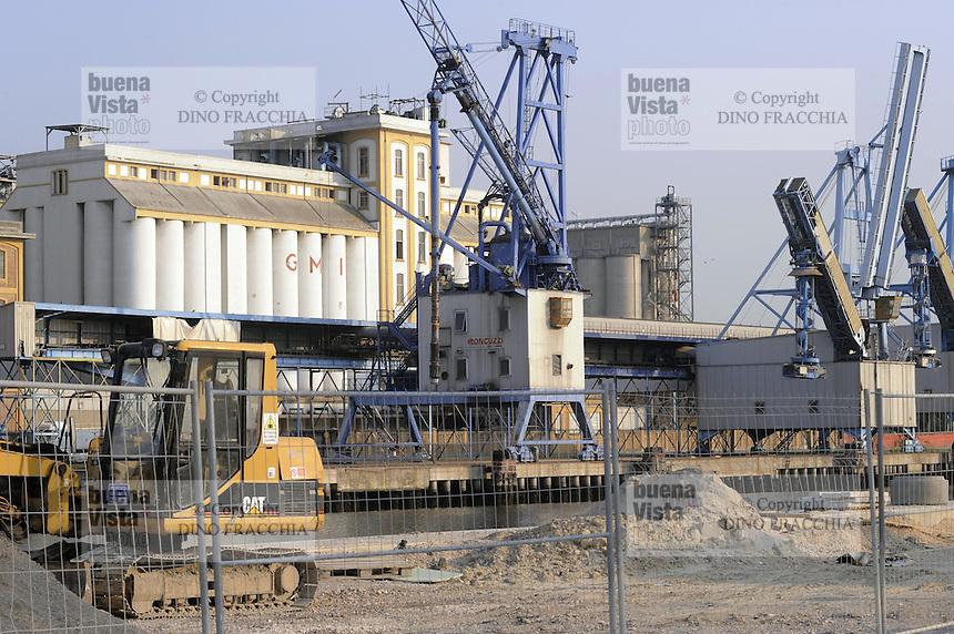 - industrial zone of Porto Marghera, grain silos of the GMI, Great Italian Mills, company<br /> <br /> - zona industriale di Porto Marghera, silos per i cereali della società GMI, Grandi Molini Italiani