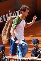 L'inglese Andy Murray si ritira per un infortunio durante gli Internazionali d'Italia di tennis a Roma, 15 Maggio 2013..Britain's Andy Murray retires after being injured during the Italian Open Tennis tournament ATP Master 1000 in Rome, 15 May 2013.UPDATE IMAGES PRESS/Isabella Bonotto
