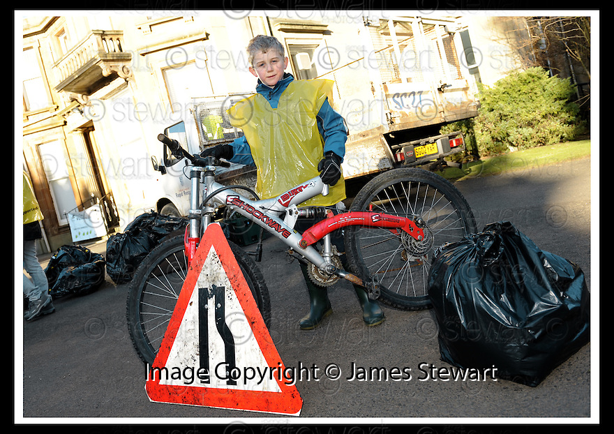 """01/02/2010  Copyright  Pic : James Stewart.20_dollar_park  .::  """" FRIENDS OF DOLLAR PARK """" LITTER PICK : SUNDAY 31ST JANUARY 2010 :: .James Stewart Photography 19 Carronlea Drive, Falkirk. FK2 8DN      Vat Reg No. 607 6932 25.Telephone      : +44 (0)1324 570291 .Mobile              : +44 (0)7721 416997.E-mail  :  jim@jspa.co.uk.If you require further information then contact Jim Stewart on any of the numbers above........."""