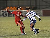 AA GENT LADIES - FC TWENTE :<br /> Isabelle Iliano (R) speelt de bal door de benen van Marthe Munsterman (L)<br /> foto Dirk Vuylsteke / Nikonpro.be